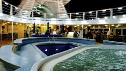 MS Ocean Majesty - Pooldeck bei Nacht